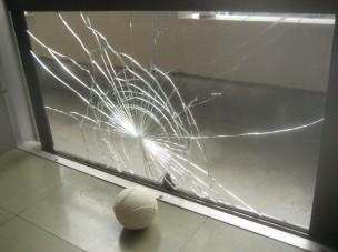 割れたガラスの写真